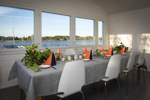Ruokapöytä juhlakattauksessa